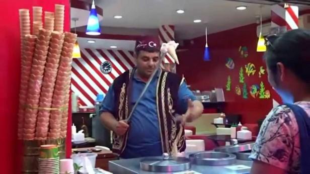 ウォーキングストリート、トルコアイスの販売動画